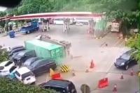Truk Kontainer Terguling Tabrak Sejumlah Mobil di <i>Rest Area</i> Tol Cipularang