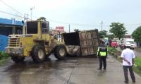 Truk Batu Bara Berbobot 25 Ton Terbalik di Jalan Poros Trans Sulawesi