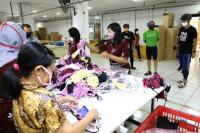 Pekerja di Jawa Tengah Produksi APD Berkualitas dari Bahan Sisa