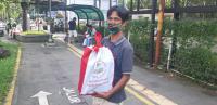 Keluar Istana, Jokowi Bagikan Ratusan Paket Sembako untuk Warga Kota Bogor