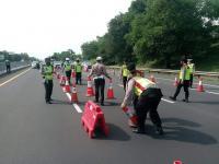 Jalan Tol Menuju Jakarta Ditutup, Jalur Arteri Karawang Dipenuhi Mobil Berpelat B