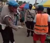 Viral Polisi Pukul Pantat Pelanggar PSBB, Netizen: Kurang Kenceng Pak