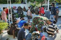 Prajurit TNI Amankan 23 Orang Pekerja Migran Ilegal yang Baru Pulang dari Malaysia