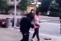 Polisi Indianapolis AS Terekam Memukuli Seorang Wanita Menggunakan Tongkat