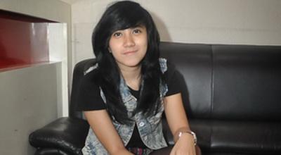 """Dera """"Idol"""" Nyaman Manggung Pakai Batik"""