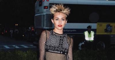 Seksinya Miley Cyrus Berkostum Hitam di Met Gala 2018
