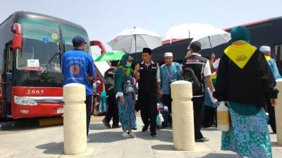 """""""Ojek Payung"""" di Bandara Madinah Laris Manis Diserbu Jamaah"""