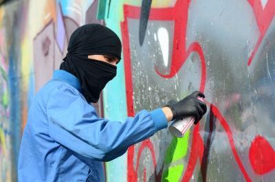 Nekat Mencorat-coret Tembok, Turis asal Inggris dan Kanada Dipenjara 10 Tahun