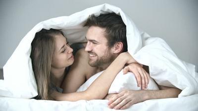 Tak Cuma Romantis, Ini Manfaat Berciuman di Atas Ranjang