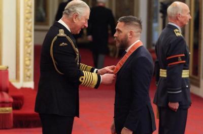 Tom Hardy Terima Penghargaan CBE dari Pangeran Charles