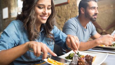 7 Manfaat Makan Sambil Duduk, Bisa Cegah Depresi hingga Perbaiki Postur Tubuh