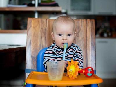 Moms, Perhatikan 4 Hal Ini saat Bayi Mulai Belajar Makan Sendiri