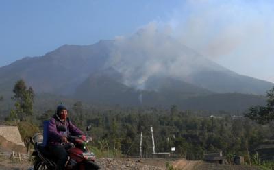 Guguran Lava Pijar Gunung Merapi Jatuh ke Kali Gendol