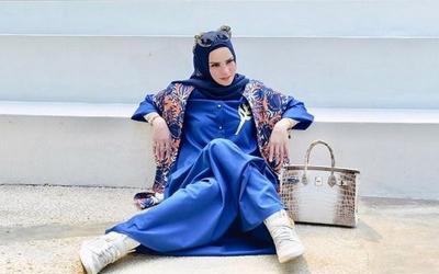 Pakai Hijab Sepatunya Sneaker? Sontek 4 Gaya Modis Angel Lelga