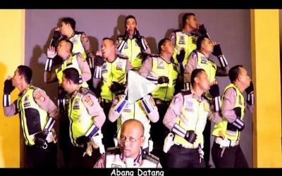 Aksi Kocak Anggota Kepolisian Parodikan Lagu Sayur Kol, Ini Pesannya