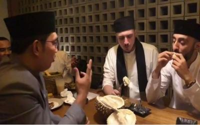 Kulineran Fatih Seferagic, Ditantang Ridwan Kamil Makan Durian Mukanya Langsung Merah!