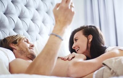 5 Posisi Seks saat Merasa Tidak Intim dengan Pasangan
