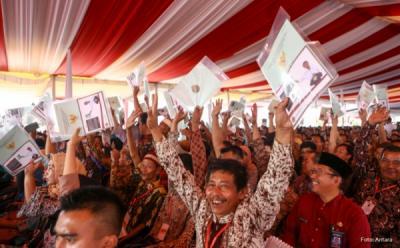 Bagikan Sertifikat Tanah, Jokowi: Jangan Sampai Sawah Berubah Jadi Rumah