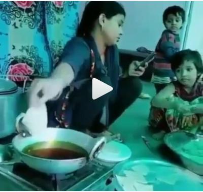 Fokus Main Handphone, Wanita Ini Goreng Makanan di Lantai