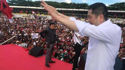 Hary Tanoe Sapa Warga Surabaya Usai Temani Jokowi Kampanye di Banyuwangi