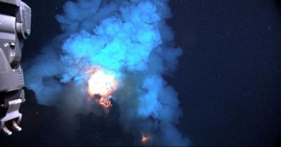 Ini Penjelasan Api yang Menyala Muncul dari Dasar Lautan