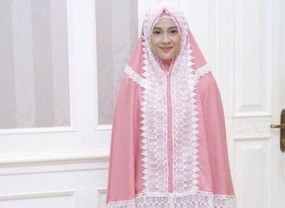 5 Artis Ini Punya Bisnis Mukena dan Baju Muslim