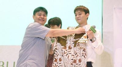 Datang ke Indonesia, Personel EXO Dapat Oleh-Oleh Baju Batik
