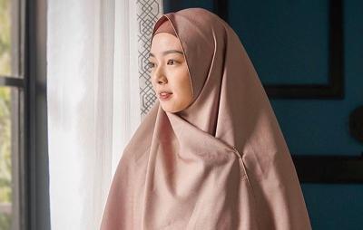 Tampilan Hijab ala Lindswell Kwok, Tetap Trendi Meskipun Hamil