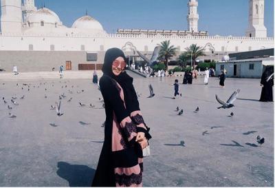5 Gaya Penampilan Syar'i Ghea Indrawari saat Menunaikan Ibadah Umrah