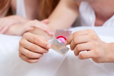 Bercinta Makin Asyik meski Pakai Kondom, Ini Triknya