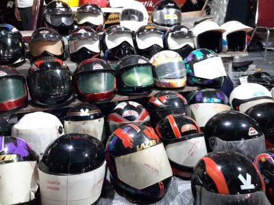 Pemotor Harus Ubah Kebiasaan Meletakkan Helm Sembarangan