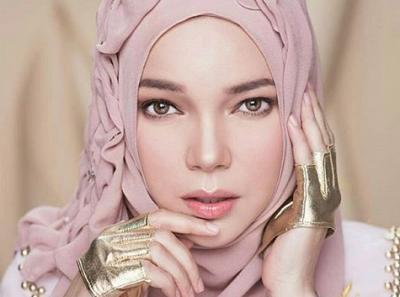 Masya Allah! Dewi Sandra Tampil Strong bagai Dewi Athena dengan Headpiece Rinaldy Yunardi