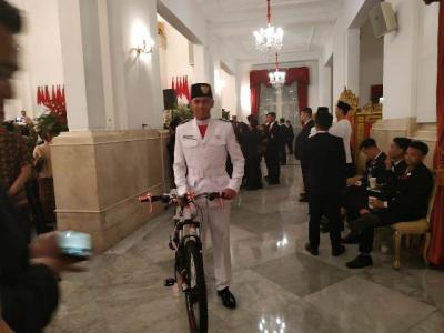 Jokowi Hadiahi Sepeda untuk Paskibraka yang Gugup saat Kerek Bendera