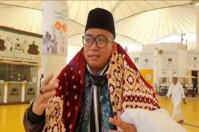 Pulang ke Tanah Air, Jamaah Haji Ini Bawa Kain Kafan di Pundak