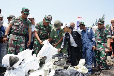 Menteri Rini Minta Pertamina Percepat Penanganan Tumpahan Minyak di Karawang