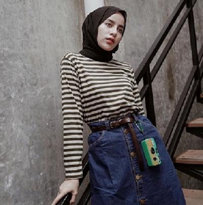 4 Inspirasi Outfit Stripe ala Selebgram Aghnia Punjabi bagi Hijabers