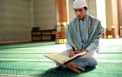 Bagaimana Hukum Memegang Alquran Terjemahan bagi Orang yang Memiliki Hadas?