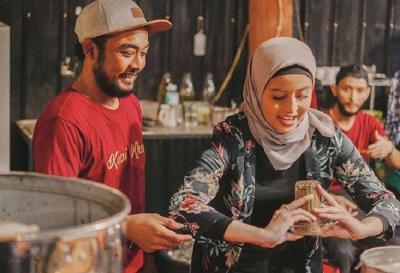 Bertualang ke Aceh, Awkarin Belajar Bikin Kopi Terbalik