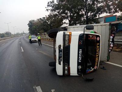 Truk Boks Besar Terguling di Jalan Tol Cakung Arah Cikunir