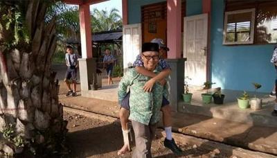 Viral Guru Rela Gendong Muridnya ke Sekolah