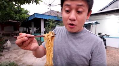Demi Konten, Youtuber Ini Nekat Makan Mi Goreng Pakai Kotoran Kambing