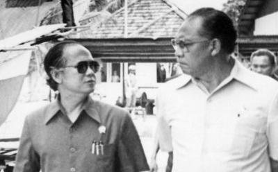 Gaya Habibie Berkacamata Hitam di PT Pal Tahun 1985