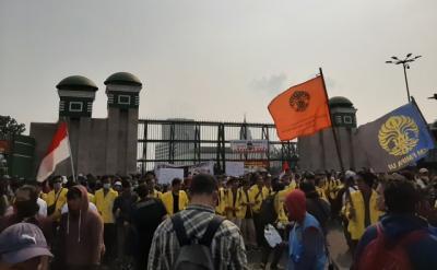 Tolak RKUHP & RUU KPK, Ratusan Mahasiswa Kepung Gedung DPR