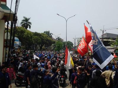 Ribuan Mahasiswa UIN Jakarta Bergerak Menuju Gedung DPR, Lalin Ciputat Padat
