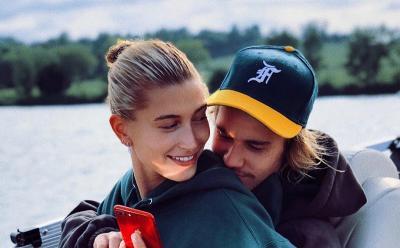 Didapuk Jadi Brand Ambassador Calvin Klein, Hailey dan Justin Bieber Berpose Sensual