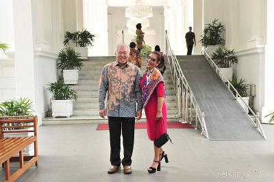 Menteri Susi Gunakan Sackdress Pink, Foto Bareng Mendag di Istana