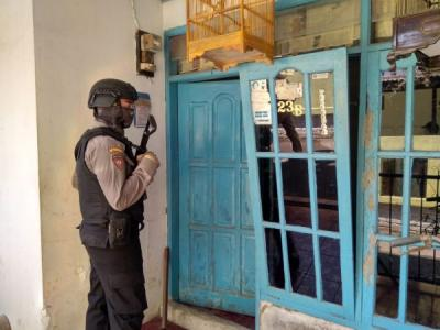 Geledah Rumah Terduga Teroris di Cirebon, Densus 88 Sita Buku hingga Racun Tikus