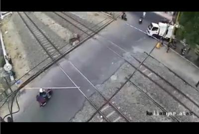 Viral Emak-Emak Tabrak Palang Pintu Kereta Api Bikin Ngeri