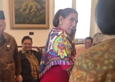 Gaya Ngeles Menteri Susi saat Ditanya Tak Memakai Batik di Hari Terakhir Kerja