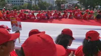 Rayakan Pelantikan Jokowi, Bendera Merah Putih Raksasa Dibentangkan di Depan Istana